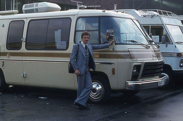 Kari Erälaukko ja matkailuautoja vuodelta 1976